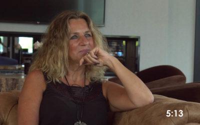 S3 Ep1 Kijk hoe Derek Jeanette helpt contact te maken met haar dierbare overledenen!